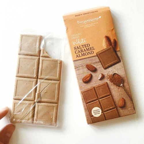 Фин бял /веган/ шоколад със солен карамел и бадеми /+ бадемов протеин/ БИО 'Benjamissimo'