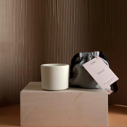 Ароматна свещ DEMURE шафран / ванилия / кардамон в керамична купичка и 100% памучен фитил 'I-TEMS'
