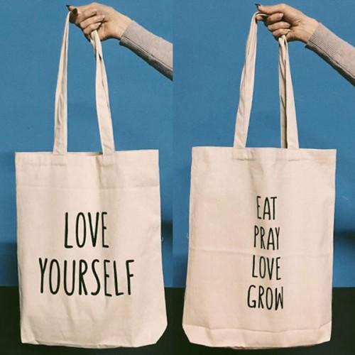 Памучна торба с двустранен печат 'LOVE YOURSELF / EAT PRAY LOVE GROW' с дълги дръжки