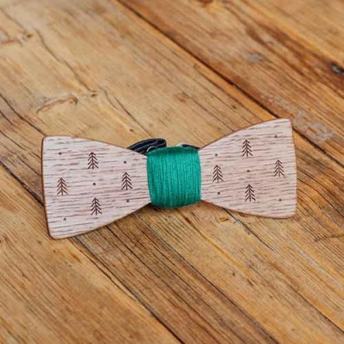 Дървена папийонка модел 'Евъргрийн' с гравюра на елхи, изцяло ръчна изработка, ДървАрт