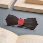 Дървена папийонка модел 'Бонд' с червен кожен възел, изцяло ръчна изработка, ДървАрт