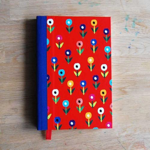Дизайнерски тефтер с твърди корици /шит и лепен/ със 100 листа на редове 'Цветно поле', Бяла Лодка