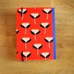 Малък дизайнерски тефтер с ластик, червен на цветя 'Бяла лодка'