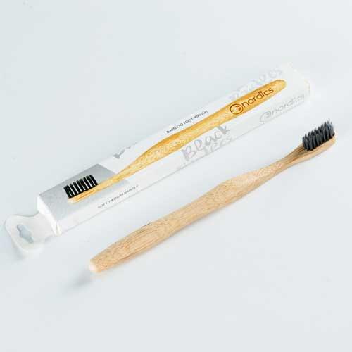 Бамбукова четка за зъби с Въглен за лек избелващ ефект 100% биоразградима 'Nordics Oral Care'