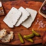 Сирене от кашу 'delishu' с манатарки от Средна гора и мащерка, ферментирало в растителна закваска между 2 и 5 дни, изключително богато на пробиотици /веган/