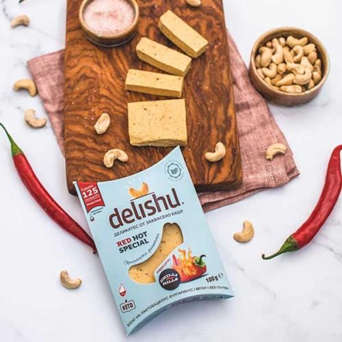 Сирене от кашу 'delishu Red Hot Special' с леко люта и опушена чушка, ферментирало в растителна закваска и свръхбогато на пробиотици, 100 г